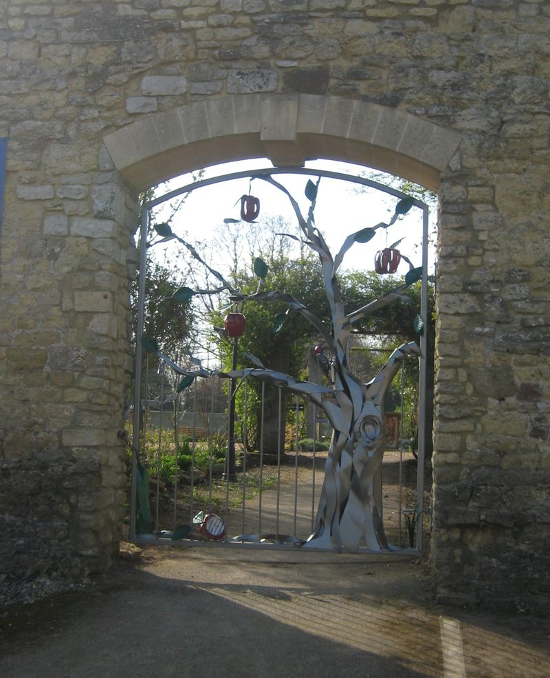 Apple tree gate